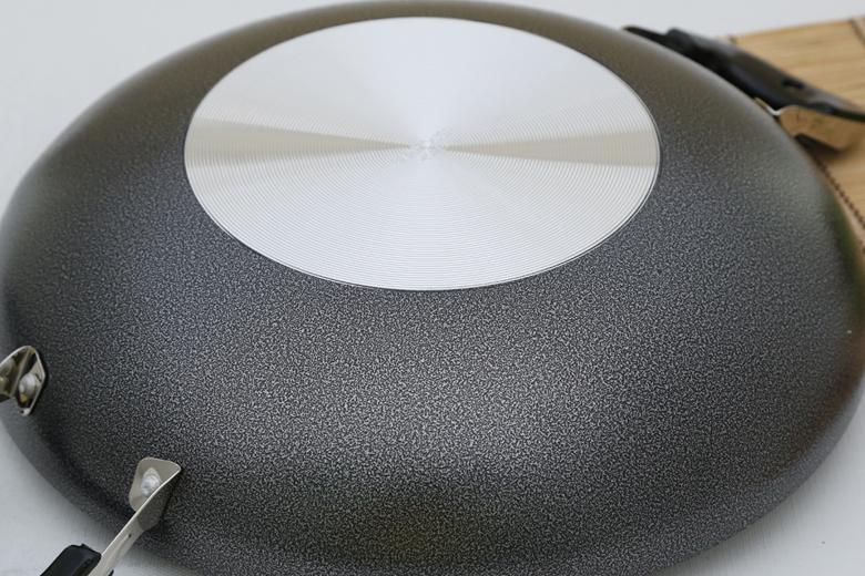 Đáy chảo phủ lớp chống oxi hóa bên ngoài, chống trầy xước, dễ vệ sinh