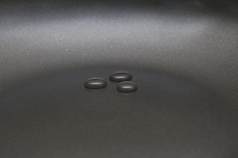 Lòng chảo phủ 3 lớp chống dính Whitford theo tiêu chuẩn Mỹ siêu bền, an toàn cho sức khỏe người dùng, dễ vệ sinh.