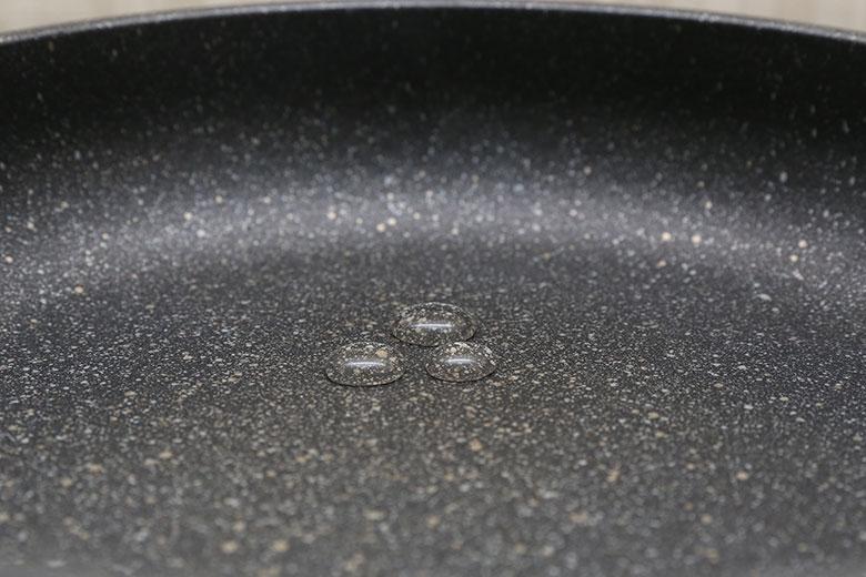 Bề mặt chảo được tráng đá hoa cương siêu bền, kháng khuẩn, bảo đảm an toàn thực phẩm