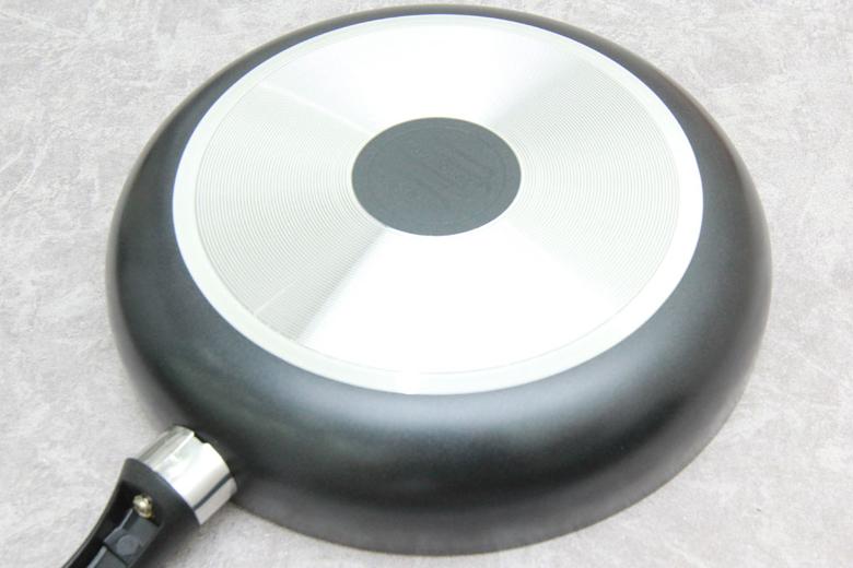Thân chảo sơn màu cách nhiệt, chống Oxy hóa. Đáy chảo được thiết kế vân vòng tròn, tạo độ ma sát giữa chảo và bếp, an toàn cho người sử dụng.